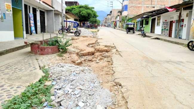 Exigen a personal de EMAPA San Martín que reparen calle que dejaron en mal estado