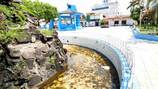 Pileta de la plaza de Armas de Morales luce abandonada