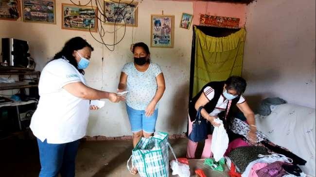 Entregan ayuda a madre de niña que sufrió quemaduras