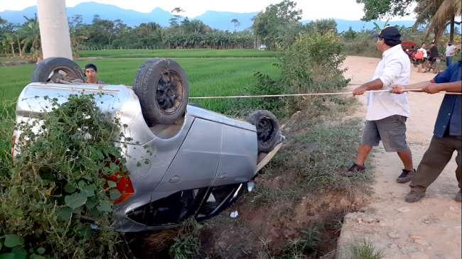 Vehículo se despista, choca en poste y cae a canal de riego