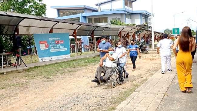 En sillas de ruedas, pobladores acuden a recibir vacuna contra la COVID19