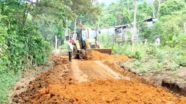 Moradores de la parte alta de La Banda de Shilcayo colaboran para mantenimiento de vías