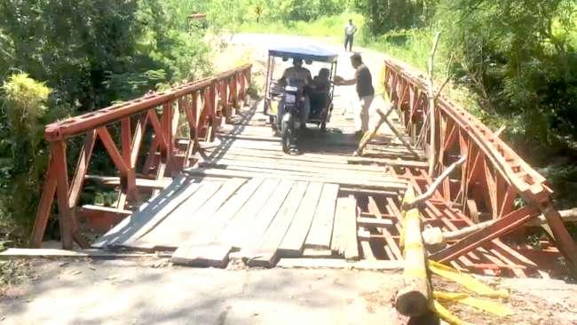 Puente Tiwinsa ubicado en carretera a San Roque de Cumbaza a punto de colapsar